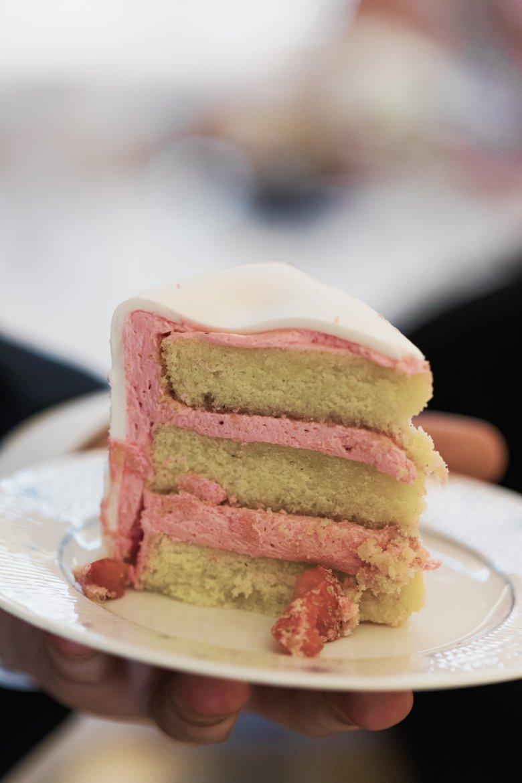Vi valde klassiska smaker med smörkräm, vanilj och bitar av jordgubbar. Fluffiga men fasta bottnar, inte så söt men fantastiskt god!