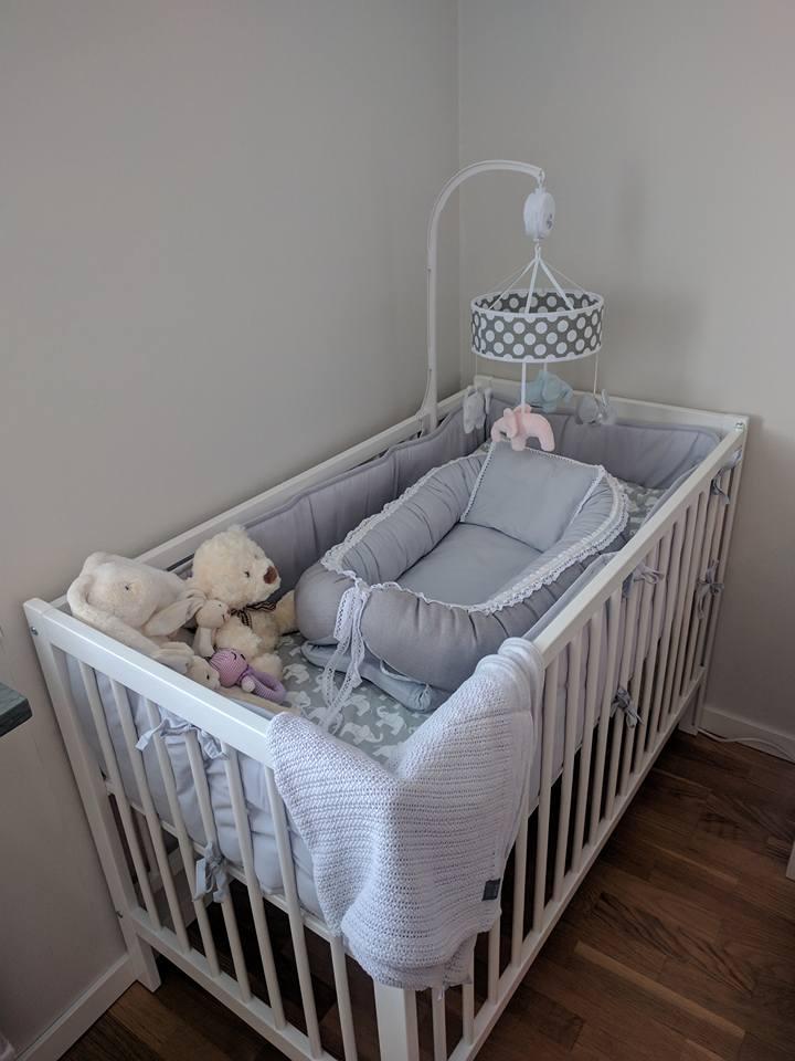 Vår lilla tjejs mysiga säng, en Kaxholmen med sänkbar sida,